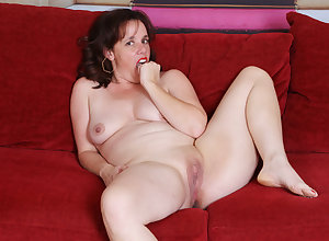 USA milf Sonnic gets brisk anent fingers with an increment of dildo