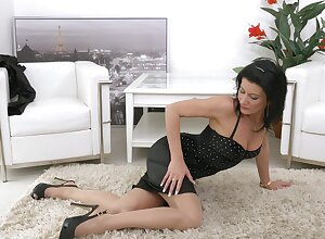 Underhand full-grown Celine Noiret spreads their way hands concerning masturbate exposed to hammer away astonish
